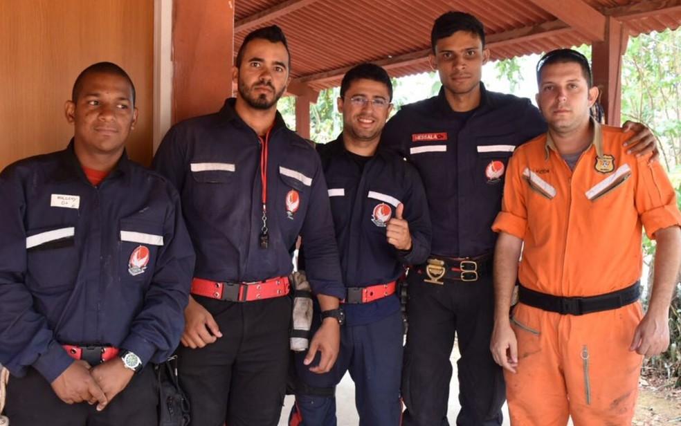 Grupo de brigadistas voluntários saiu de Brasília para atuar na extinção das chamas na Chapada dos Veadeiros (Foto: Vitor Santana/ G1)