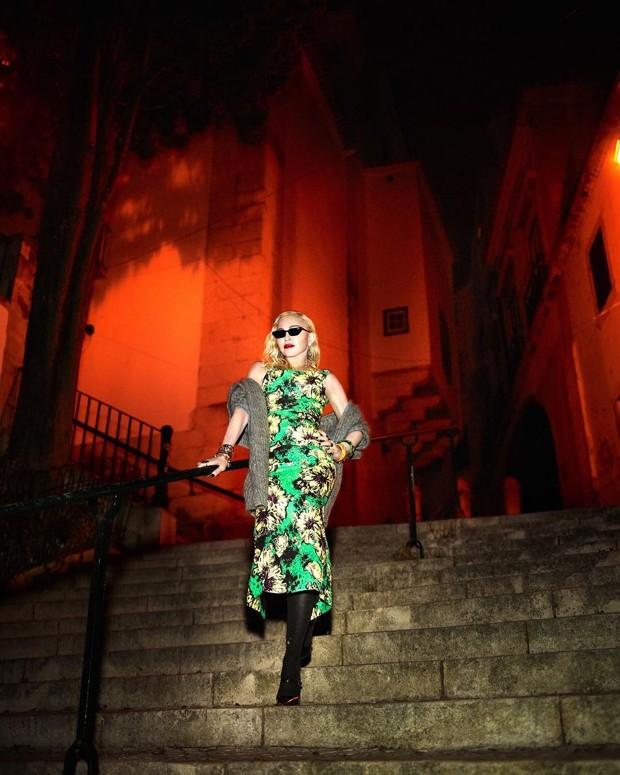 Madonna em Alfama, bairro de Lisboa (Foto: Reprodução Vogue Itália)