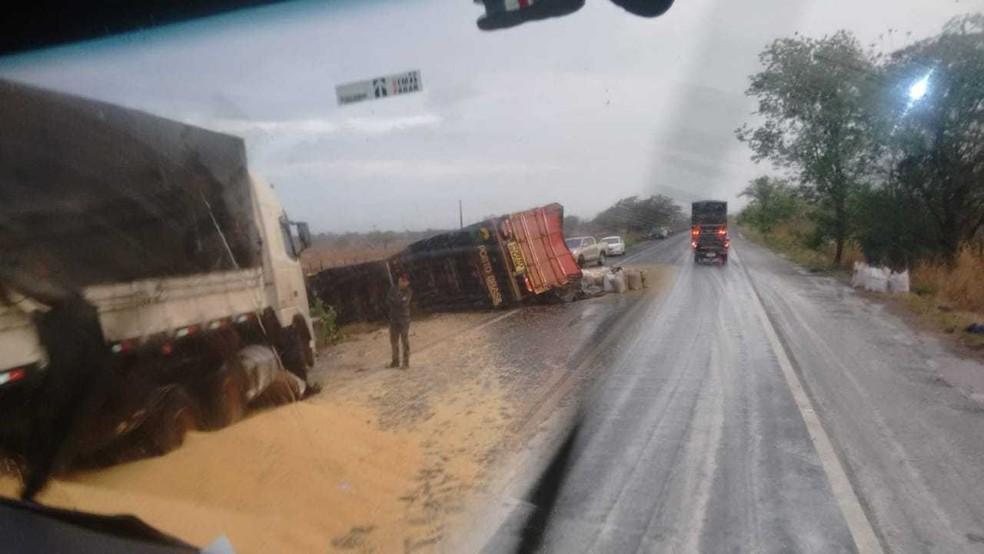 De acordo com a polícia, uma carreta  que tombou no  KM655 da BR-242  ocasionou o tombeamento de mais dois veículos — Foto: Edivaldo Braga