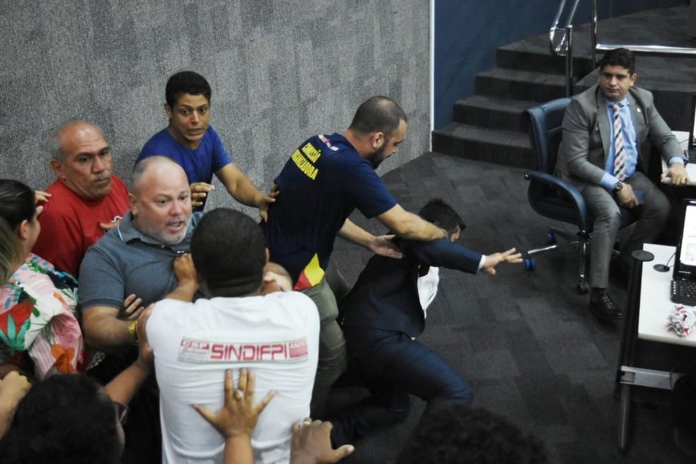 Durante a confusão, o vereador Deolindo Moura (PT) caiu no chão do plenário  — Foto: Jailson Soares/PoliticaDinamica.com