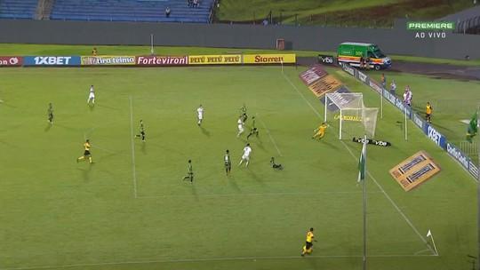 Léo Passos chuta com perigo, mas a bola acerta a rede pelo lado de fora, aos 32 do 2t