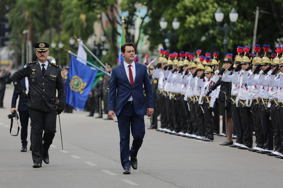 Ratinho Junior chegou ao Palácio Iguaçu, onde recebeu honras militares — Foto: Giuliano Gomes/PR Press