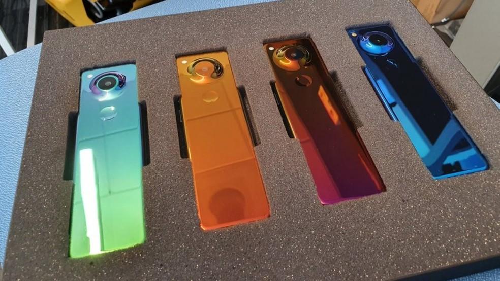 Celular da Essential possui forma de controle remoto e cores brilhantes — Foto: Reprodução