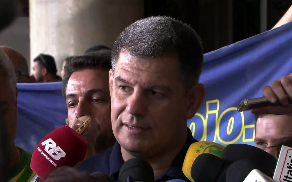Presidente do PSL, Gustavo Bebbiano, fala sobre a alta de Bolsonaro em frente ao hospital — Foto: Reprodução/TV Globo