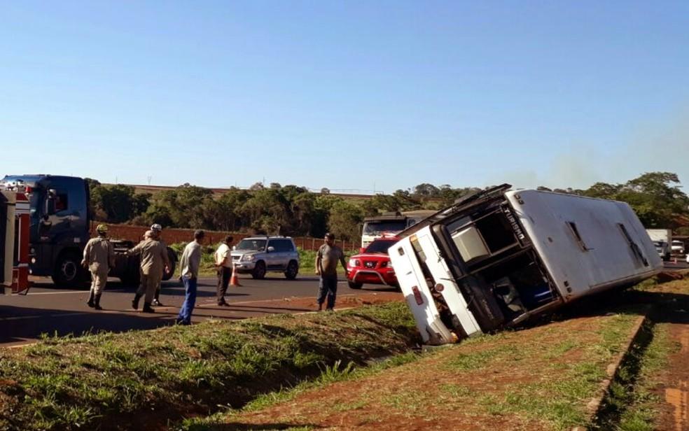 -  Ônibus que tombou em MG levava cerca de 40 funcionários da JBS em Goiás  Foto: Corpo de Bombeiros/Divulgação