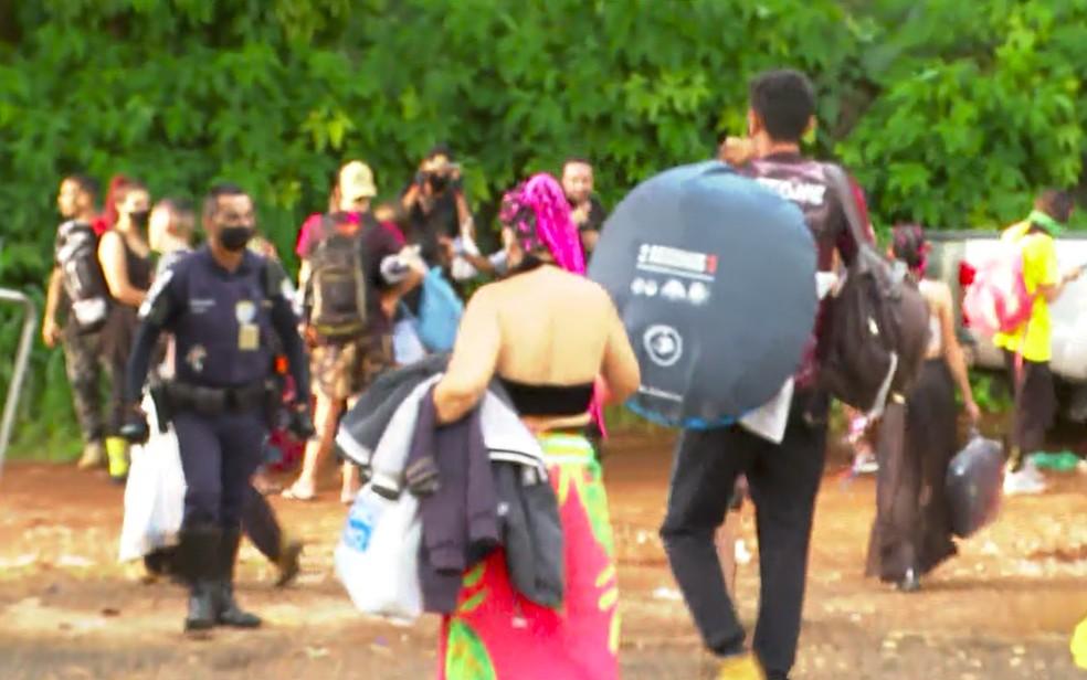 Jovens deixam recinto de rave clandestina em Ribeirão Preto, SP, após ação da fiscalização — Foto: Luciano Tolentino/EPTV