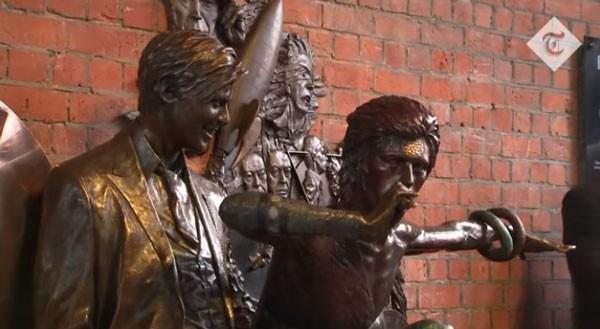 Estátua de David no dia de sua inauguração (Foto: Reprodução/YouTube)