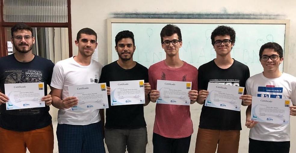 Alunos premiados receberam os certificados na UFCG; Matheus (de rosa) conquistou o primeiro lugar geral da olimpíada — Foto: Olimpíada Paraibana de Informática/Instagram/Reprodução