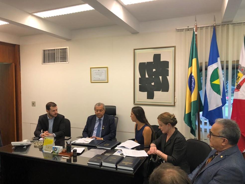 (Da esq. para a dir.) O presidente do Psol, Juliano Medeiros, o senador Jayme Campos, e os deputados Fernanda Melchionna (Psol-RJ), Gleisi Hoffmann (PT-PR) e Edmilson Rodrigues (Psol-PA)  — Foto: Paloma Rodrigues/TV Globo