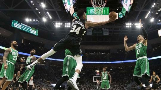 Kyrie erra bandeja no fim, e Bucks vencem os Celtics com 30 pontos de Antetokounmpo