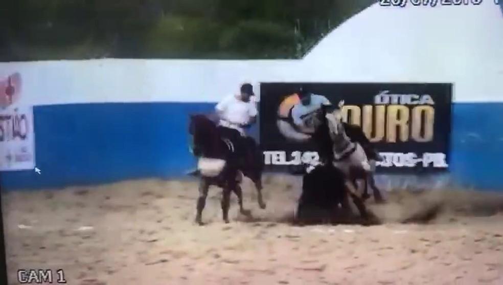 Empresário morreu depois que caiu do cavalo e o animal caiu por cima dele, em Catingueira — Foto: Reprodução/TV Cabo Branco