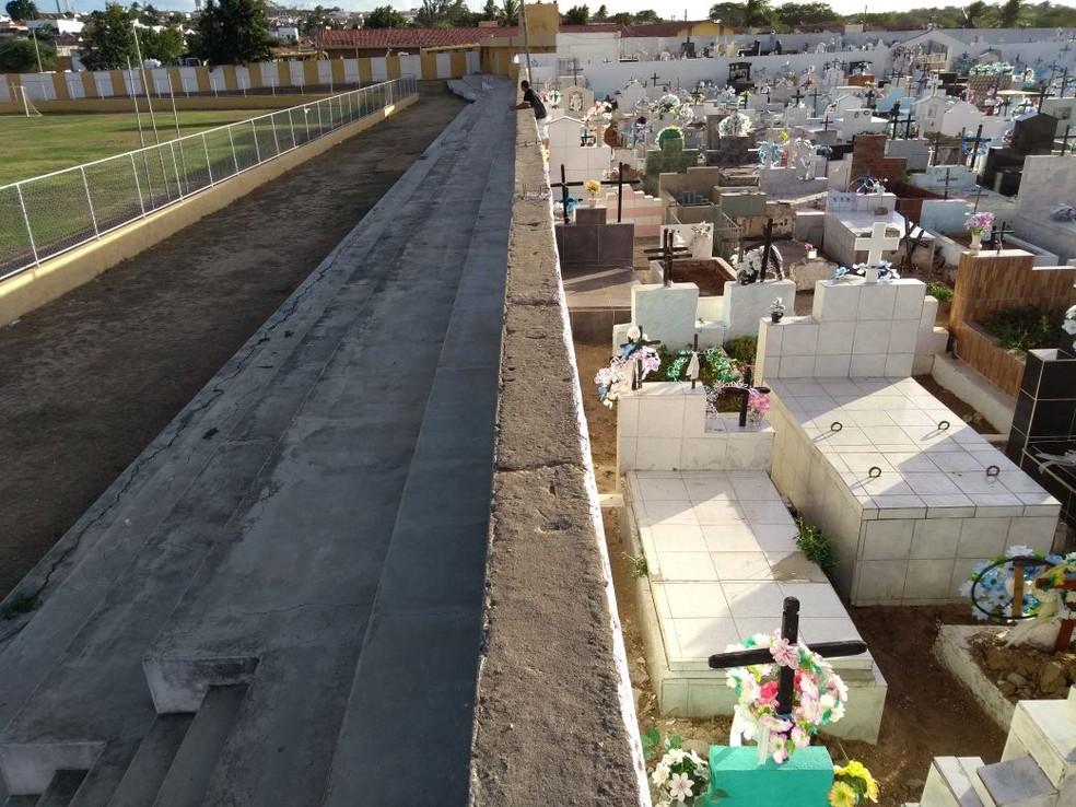 Muro baixo divide cemitério de campo de futebol no interior do RN  (Foto: Lucas Cortez/G1)