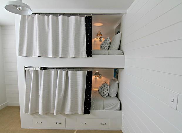 Já no quarto de dois dos filhos de Michelle, ela criou uma beliche, com pequenas cortinas que dão ainda mais charme para as camas e privacidade para os pequenos (Foto: Divulgação)