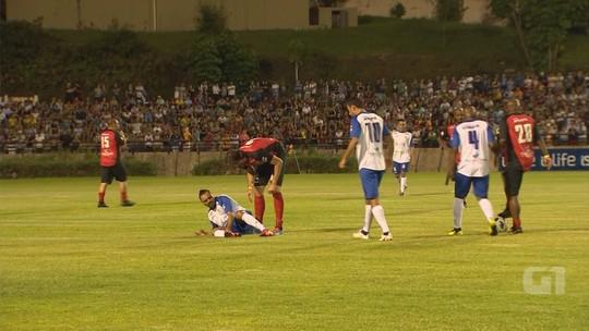 Tirullipa cancela shows após quebrar o tornozelo em jogo beneficente com Falcão