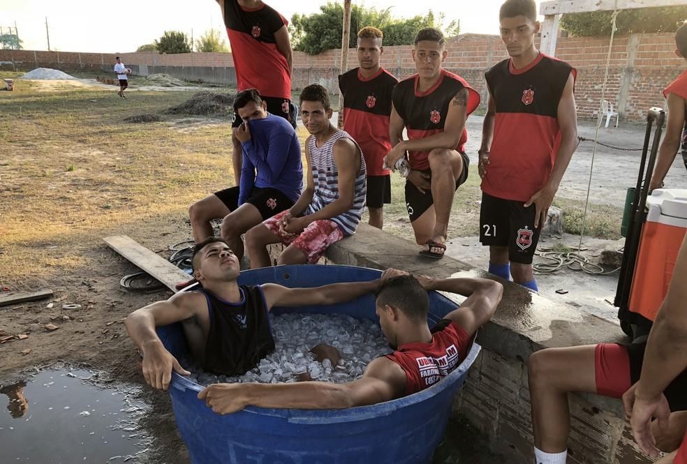 Recuperação com gelo dos jogadores é feita dentro de caixa d'água — Foto: Lucas Barros/GloboEsporte.com