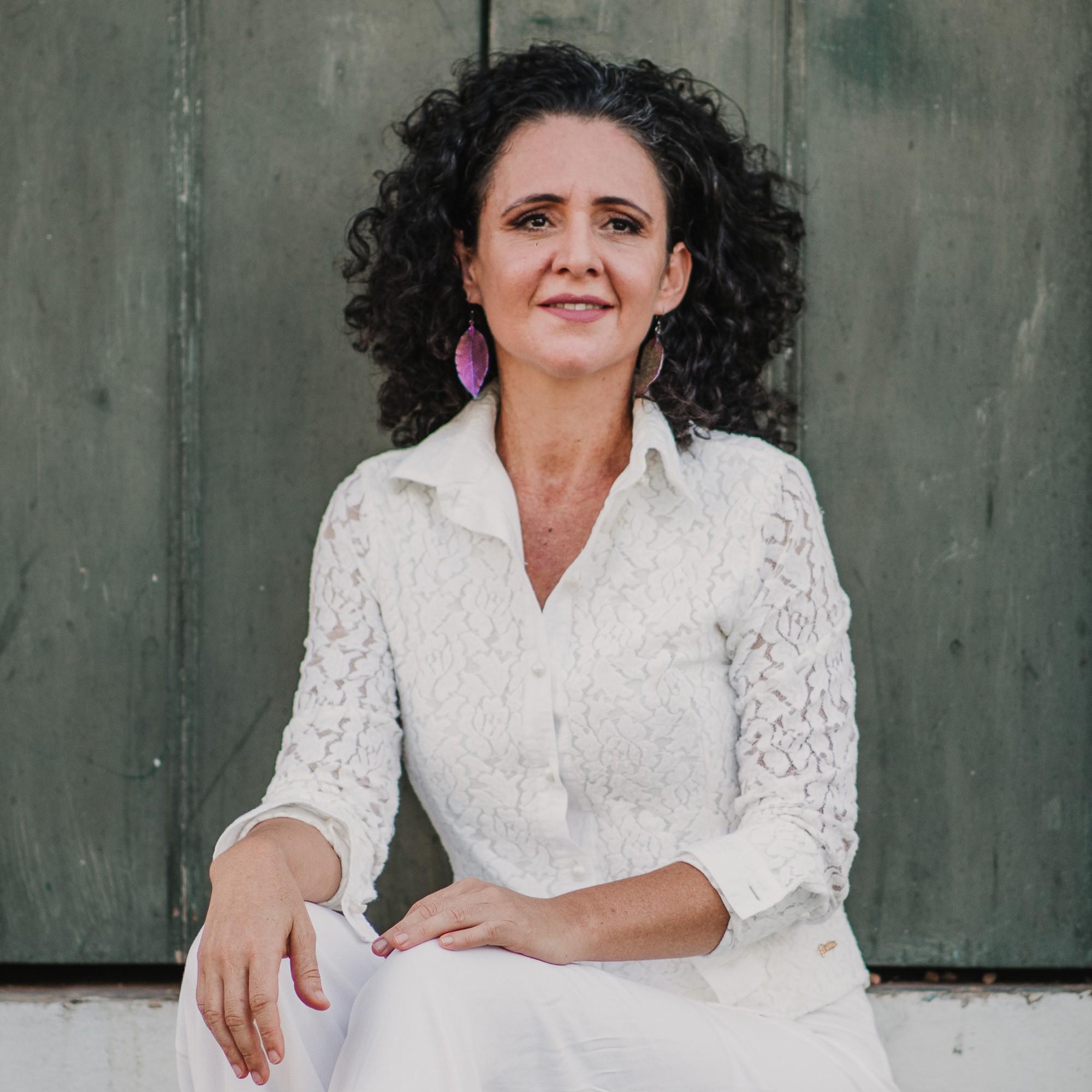 Flavia Wenceslau reúne 40 músicas inéditas nos quatro discos da série  autoral 'Dois acordes'