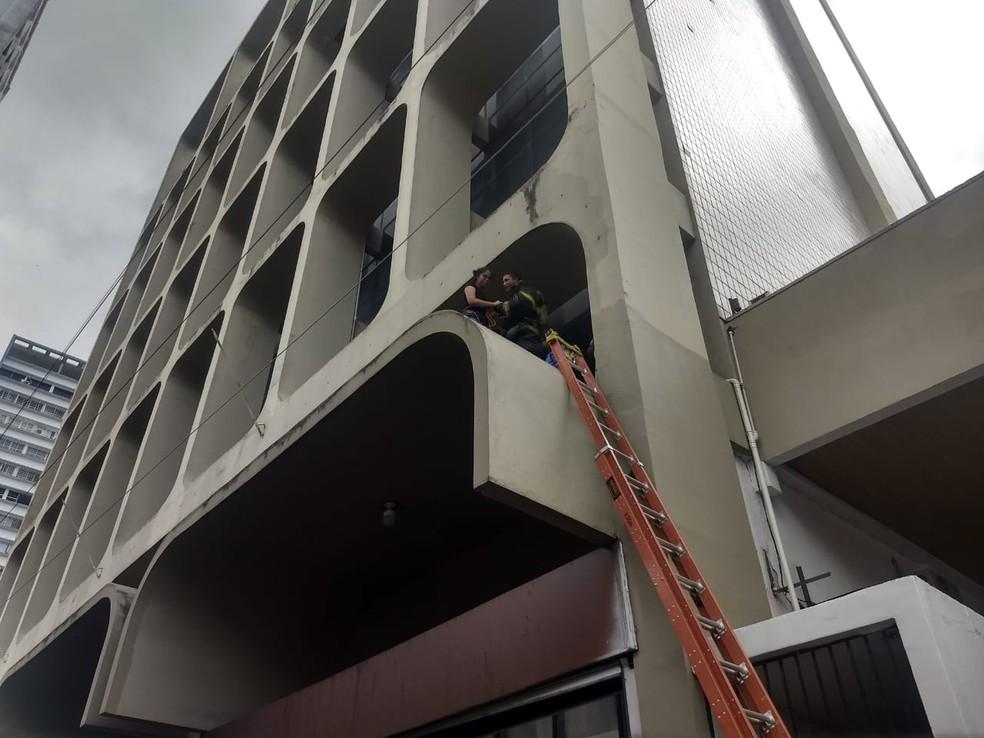 Equipe do salvamento em altura também foi enviada para a ocorrência e auxiliou na retirada de duas pessoas de dentro do prédio — Foto: Corpo de Bombeiros