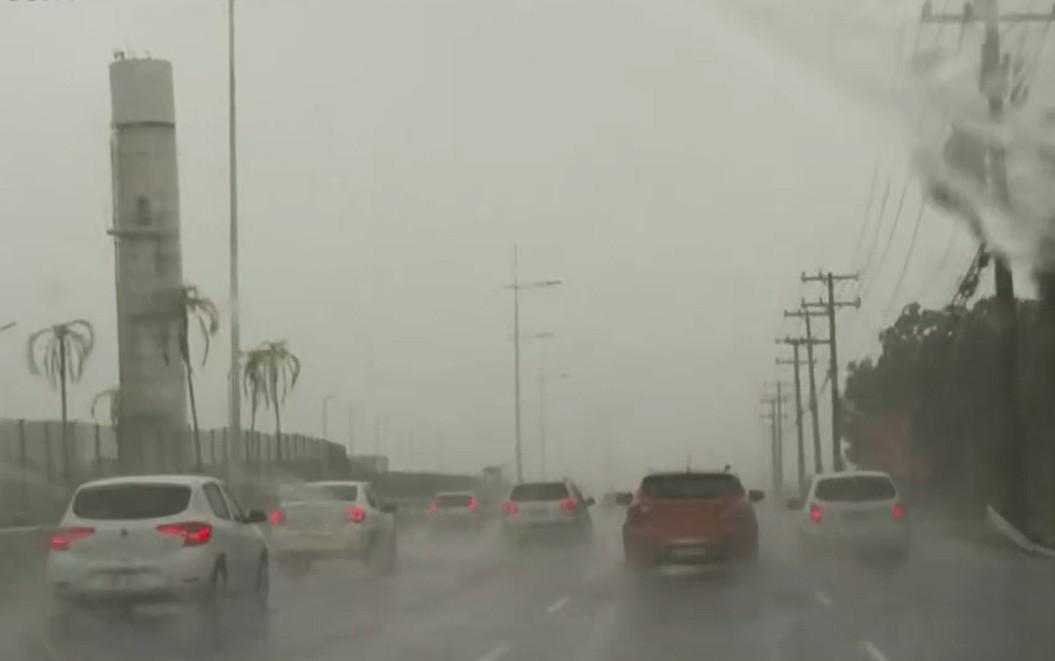 Salvador amanhece com chuva em diversos pontos e previsão de alagamentos