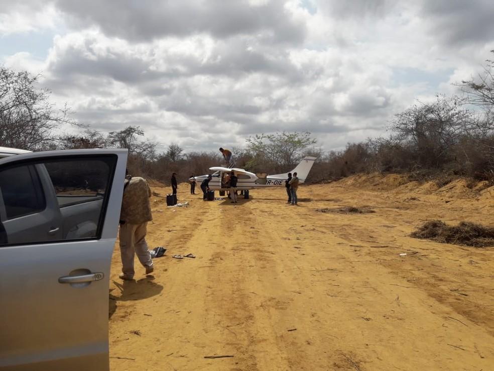 Momento em que avião, usado no transporte de drogas, foi apreendido no sudoeste da Bahia em 2018 — Foto: Divulgação/ SSP