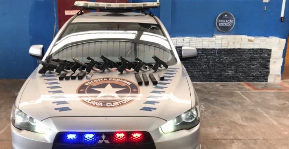 Além da droga, foram apreendidas oito armas de fogo e 19 carregadores, em Céu Azul — Foto: Receita Federal/Divulgação