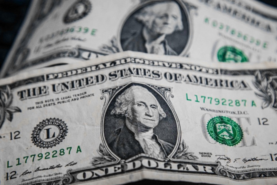 Com o acirramento da crise institucional, alta da Selic vem evitando uma disparada maior do dólar