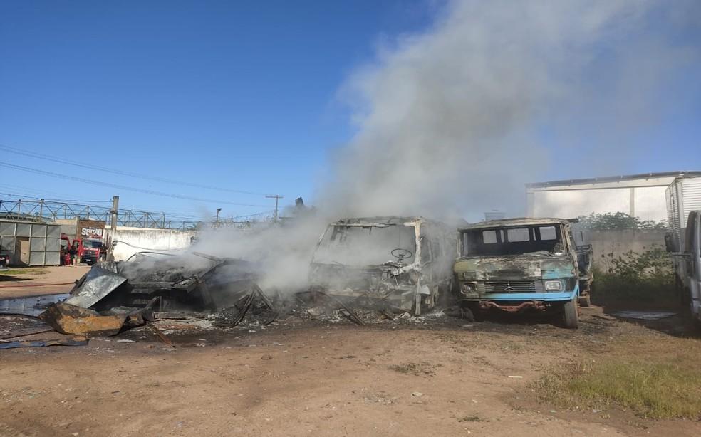 Incêndio destrói carga de PVC em caminhão e atinge outros cinco veículos em Feira de Santana — Foto: Divulgação/Corpo de Bombeiros