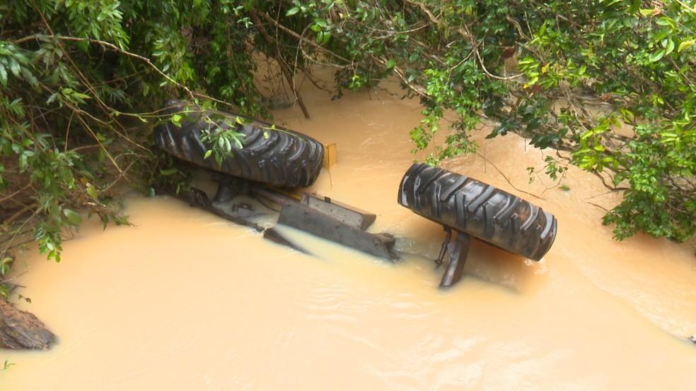 Trator caiu no Rio Barão do Melgaço. (Foto: Rede Amazônica/ Reprodução)