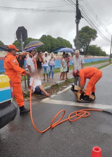 Homem prende pernas ao cair em bueiro e é socorrido por Bombeiros em Boa Vista