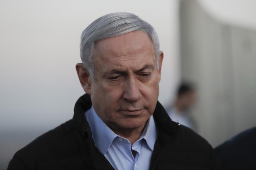Primeiro-ministro de Israel, Benjamin Netanyahu, em visita base do Exército nas colinas de Golã no domingo (24) — Foto: Atef Safadi/Pool via AP