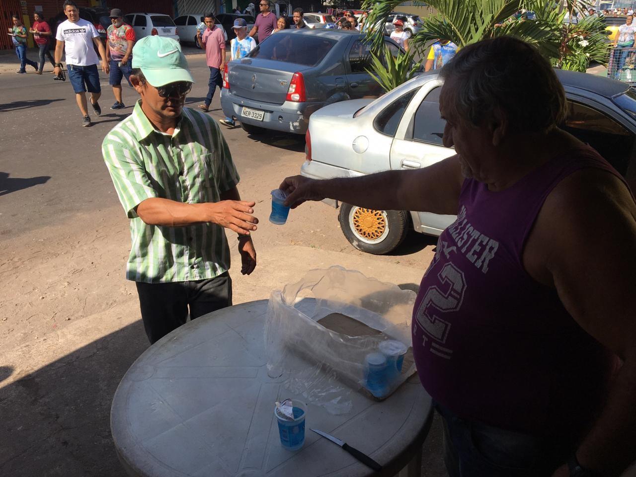 'Me sinto bem', diz autônomo que doa água para promesseiros no trajeto do Círio, em Macapá - Notícias - Plantão Diário