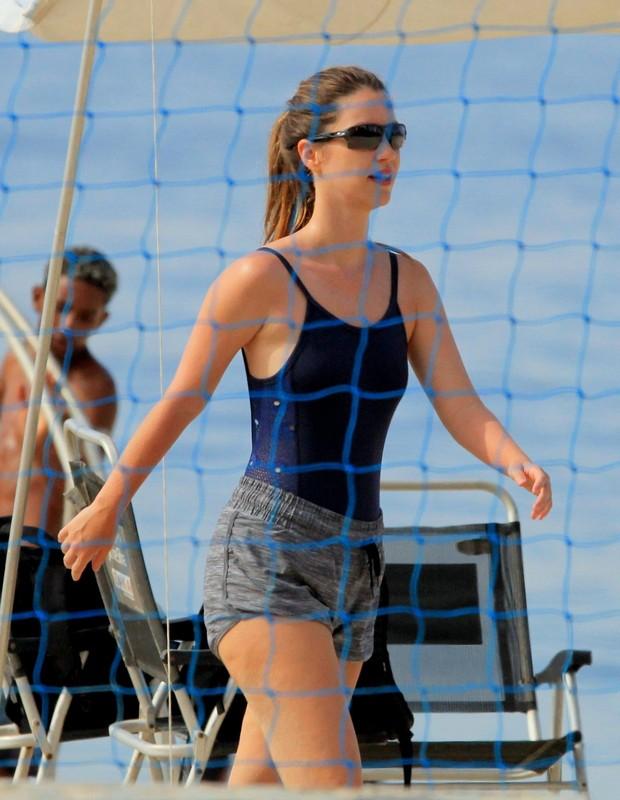 Nathalia Dill joga vôlei em praia carioca (Foto: AgNews)