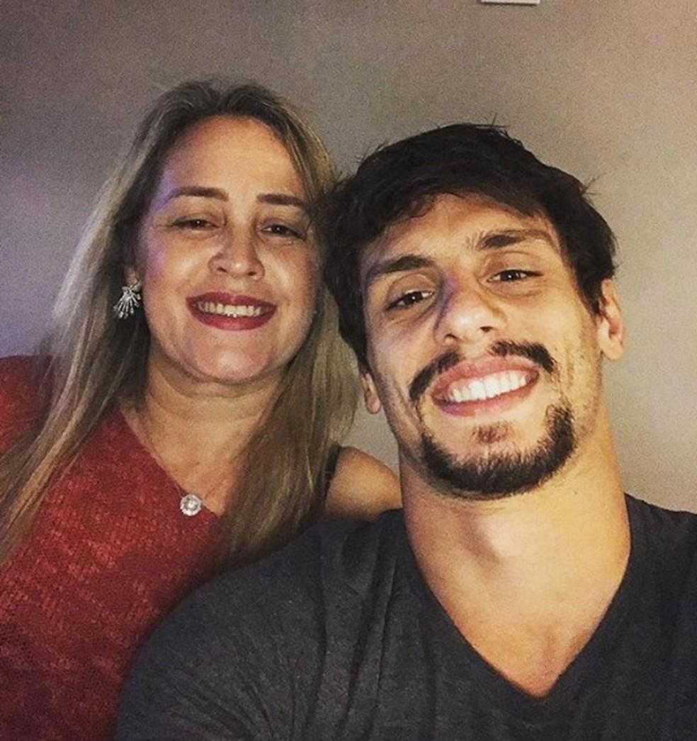 Rodrigo Caio com a mãe Edilene — Foto: Reprodução
