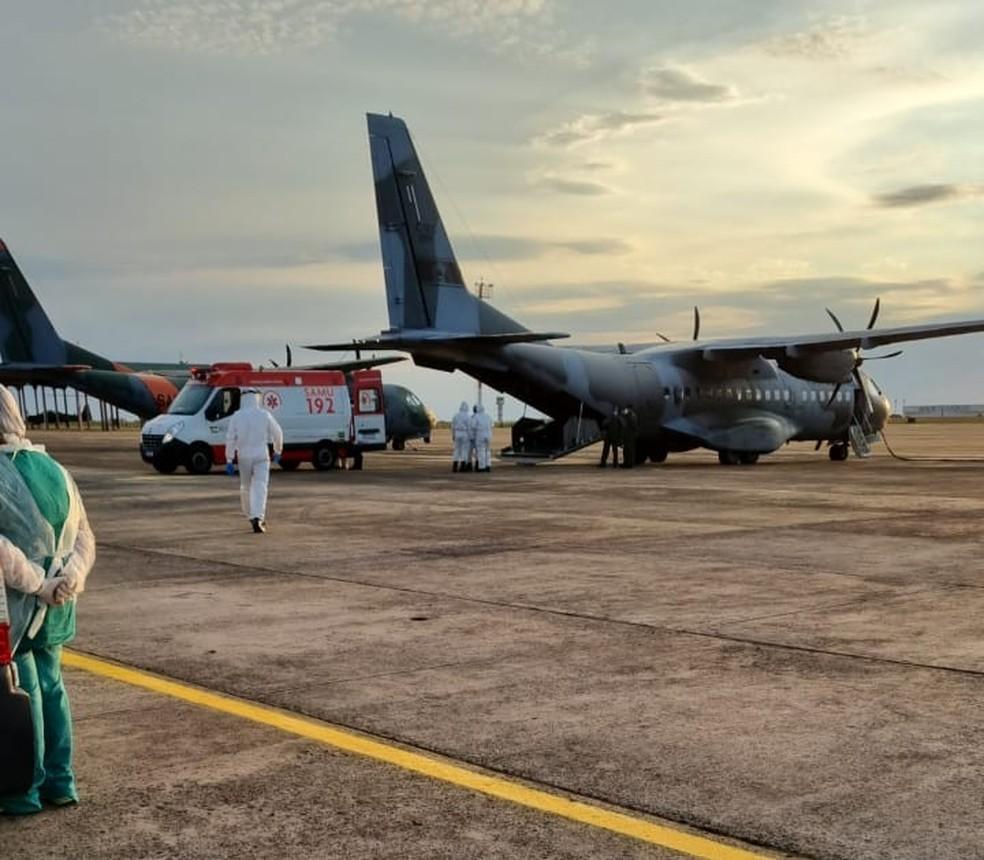 As ambulâncias com os pacientes chegaram por volta das 16h, na base aérea de Campo Grande — Foto: Reprodução