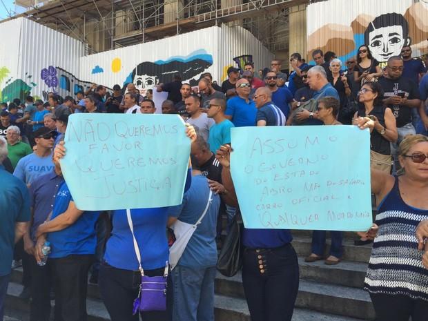 Manifestantes protestam diante da Alerj, no Rio (Foto: Fernanda Rouvenat/ G1)