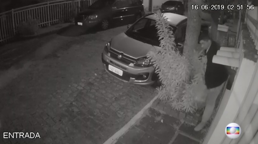 2h52 - Um dos filhos de Flordelis chega à casa dela e do pastor Anderson â?? Foto: Reprodução/TV Globo