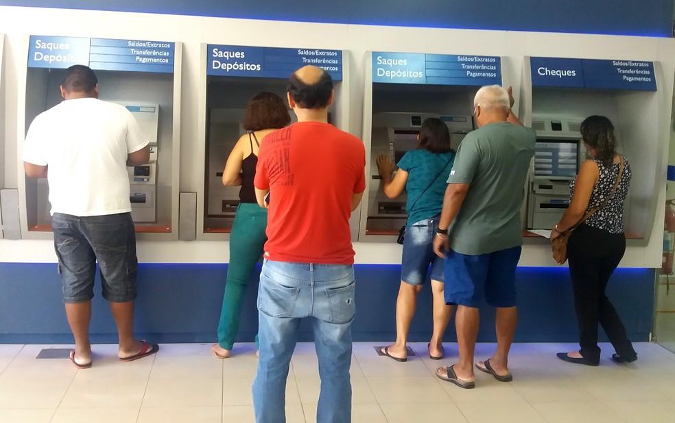 -  Saques podem ser feitos nas agências da Caixa Econônica e do Banco do Brasil  Foto: Jéssica Alves/Arquivo G1