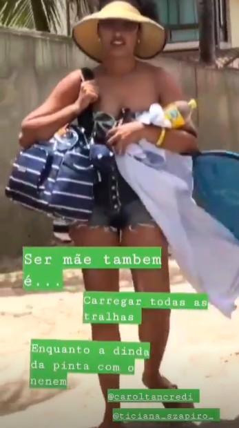 Sheron chegando à praia com sacolas  (Foto: Reprodução / Instagram)