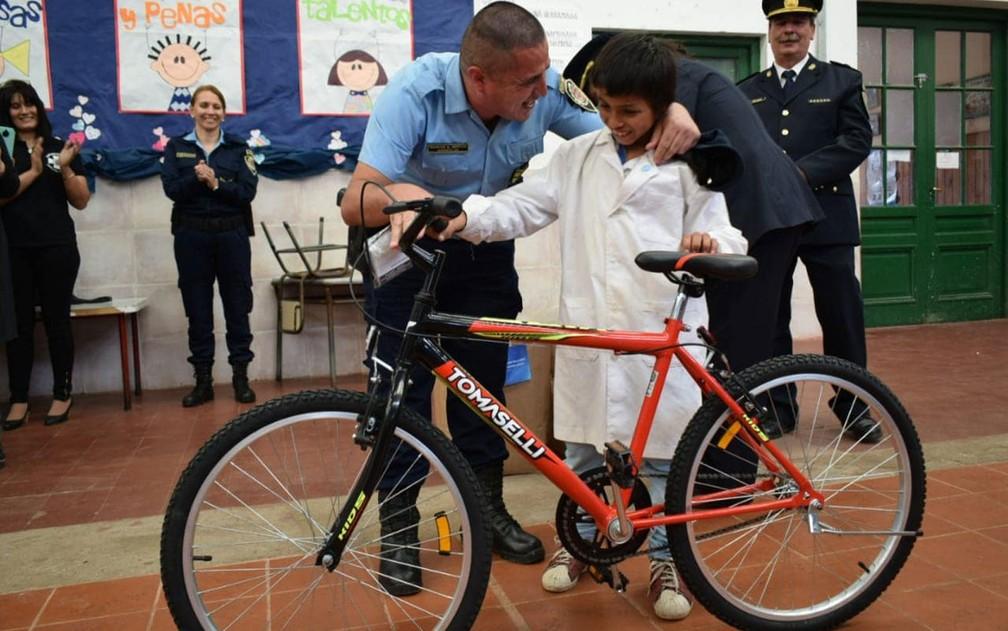 Augustín Batista recebe uma bicicleta ao ser homenageado por devolver carteira com dinheiro que encontrou em La Carlota, na província de Córdoba, na Argentina — Foto: Reprodução/Facebook/ Capellania Juarezcelman la Carlota