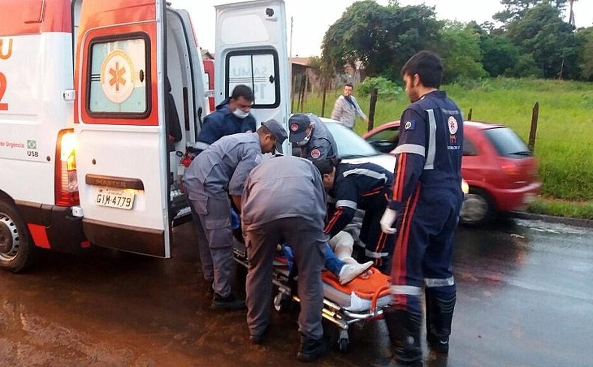 Jovem fratura tornozelo após colisão entre carro e moto em São Carlos, SP