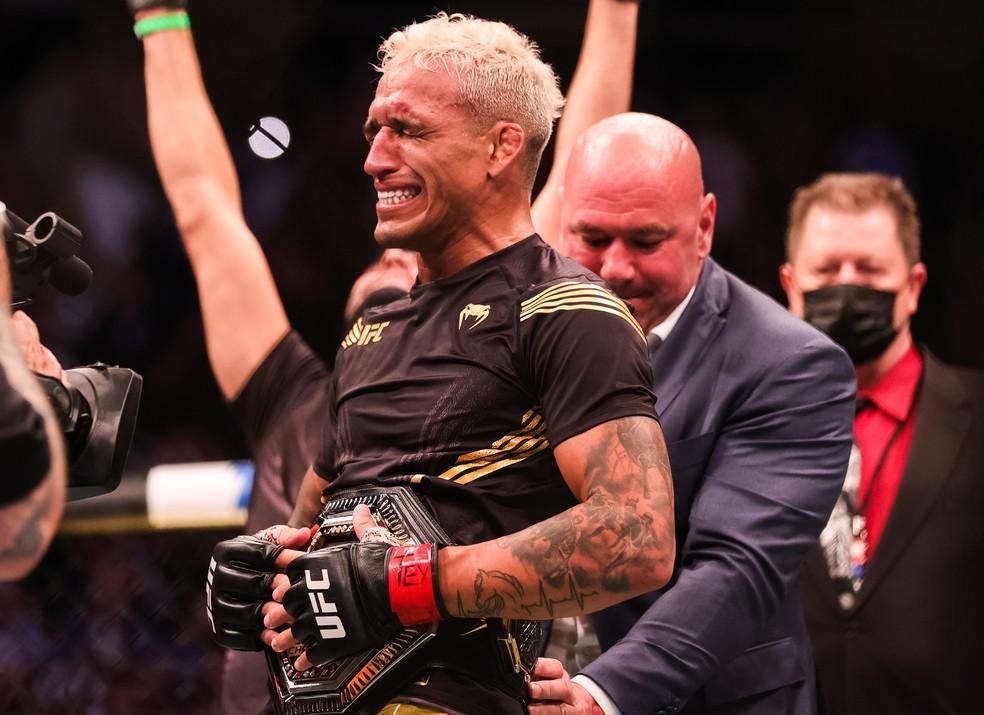 Charles do Bronx se emociona ao receber o cinturão de campeão peso-leve no UFC 262 — Foto: Getty Images