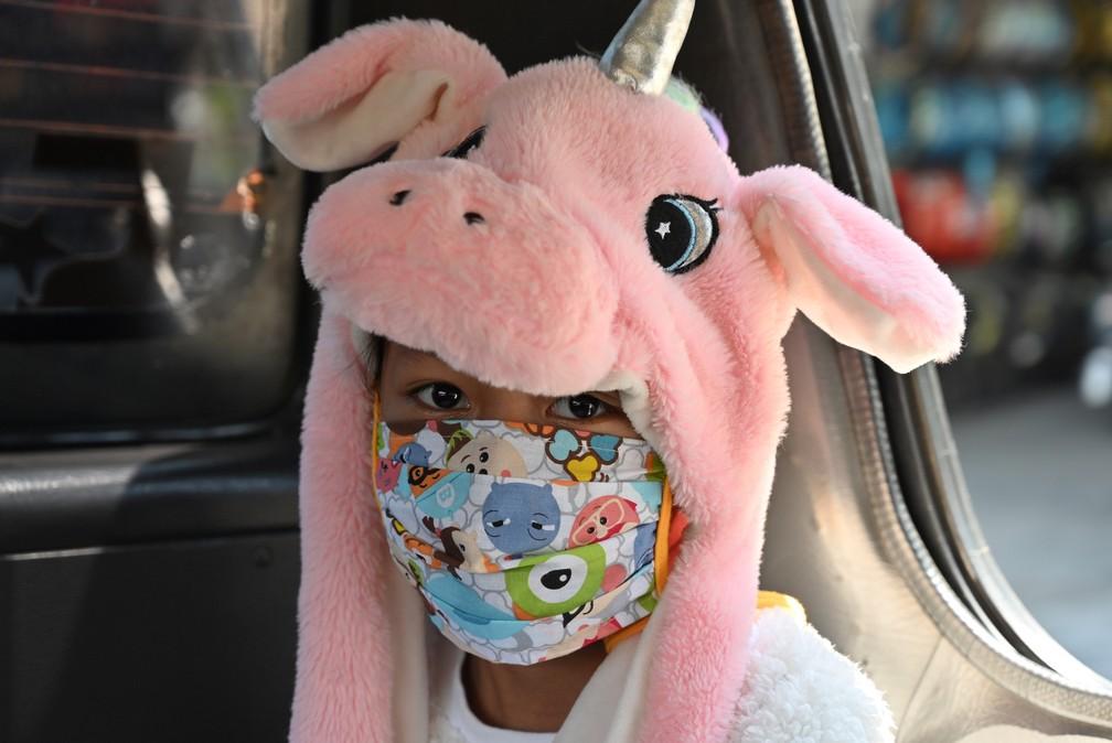 Uma mulher é vista usando máscara facial no transporte público, em Jacarta, na Indonésia — Foto: Adek Berry/AFP