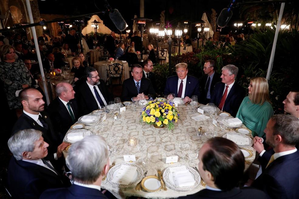 Mesa de jantar com comitivas de Trump e Bolsonaro neste sábado (7), nos Estados Unidos — Foto: Tom Brenner/Reuters