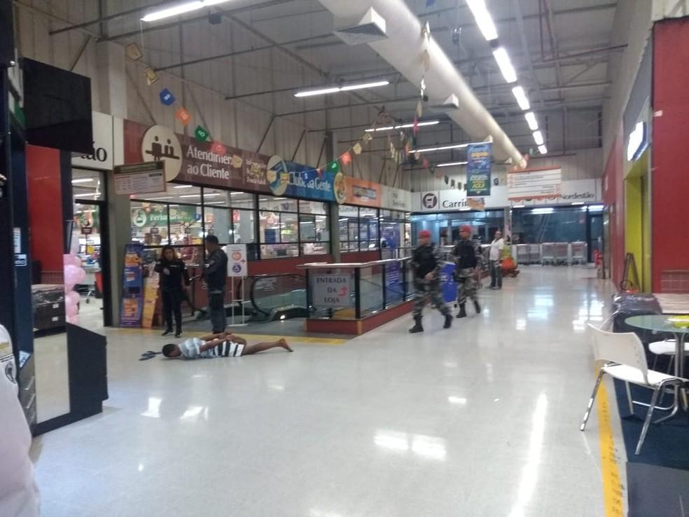 Dois homens foram presos dentro do supermercado Nordestão, na Zona Sul de Natal (Foto: Lucas Cortez/G1)