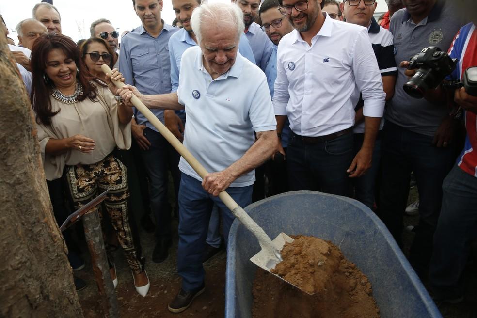 Evaristo participou do plantio do jambeiro — Foto: Felipe Oliveira/Divulgação/E.C. Bahia