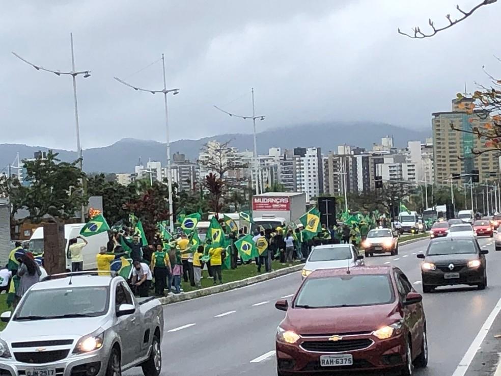 Florianópolis, por volta das 9h35 de terça-feira: Apoiadores do presidente do Bolsonaro fazem ato — Foto: Antônio Neto/ NSC TV