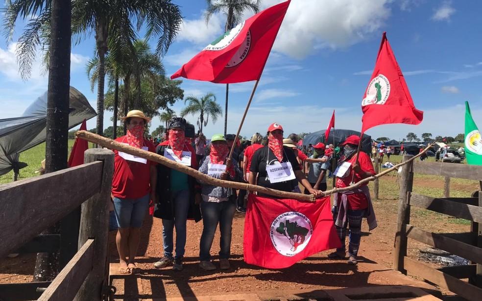 Integrantes do MST que ocupam fazenda de João de Deus em Goiás fazem ato em memória de mulheres vítimas de violência — Foto: Liliane Bueno/TV Anhanguera