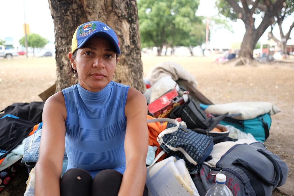 A venezuelana Carol Parrare, de 36 anos, pediu caronas e caminhou por dois dias e uma noite para chegar a Boa Vista (Foto: Inaê Brandão/G1 RR)