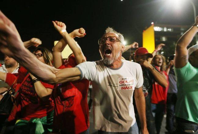 Grupo a favor de Dilma no dia da votação do impeachment na Câmara (Foto: Mario Tama / Getty Image)