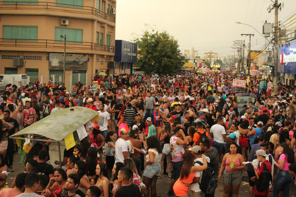 Banda do Vai Quem Quer arrastou uma multidão ao Centro de Porto Velho.  — Foto: Pedro Bentes/G1