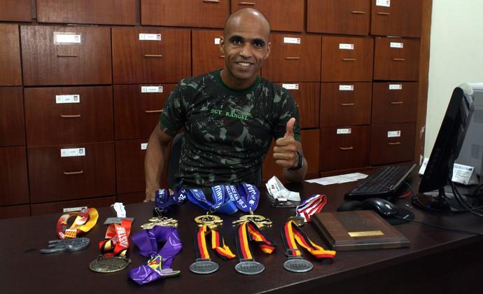 Elenilton Rangel coleciona medalhas de maratonas de Berlim, Amsterdam, Orlando, Buenos Aires e outros (Foto: Cleber Akamine)